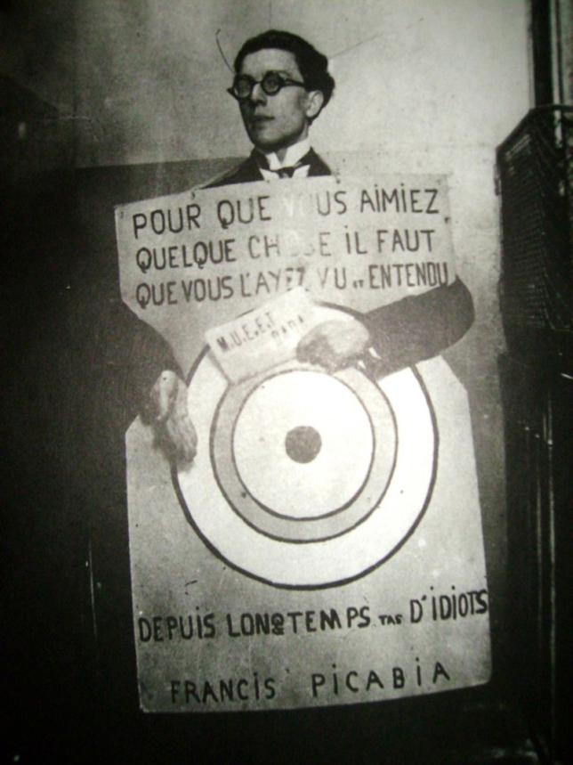 andre-breton-portant-la-cible-dessinee-par-francis-picabia-au-festival-dada-1920-768x1024